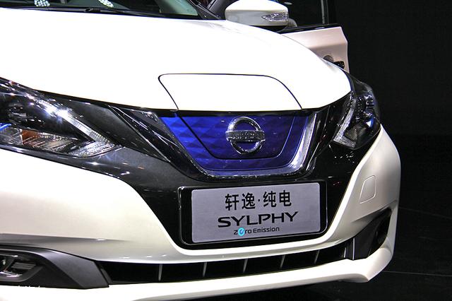 """日前,我们从相关渠道获悉,东风日产轩逸纯电将于8月27日正式下线,新车将于10月份正式上市。新车于6月20日正式启动预售,在北京地区补贴后预售价为16.6万元。               外观方面,新车与燃油版车型基本保持一致,前脸部分采用了V-motion家族式设计语言,前脸辨识度得到了进一步提升,中网采用蓝色封闭式设计,彰显其电动版车型的身份。新车LED日间行车灯采用""""回旋镖""""式的造型设计,极具辨识度,近光灯带有透镜设计,内部还加入了蓝色装饰条进行点缀。新车的外后视镜的造型与燃油版车型保持一"""
